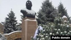 У могилы Заманбека Нуркадилова, одного из высших государственных чиновников Казахстана. Алматы, 12 ноября 2018 года.