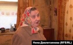 Валентина Малюга на фоне отсыревших стен в своей квартире