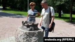 Алена Барысава і Андрэй Вераб'ёў каля памятнага знаку пра магілёўскі замак