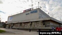 Кінотеатр «Росія» на площі 50-річчя СРСР в Севастополі. Крим, Севастополь