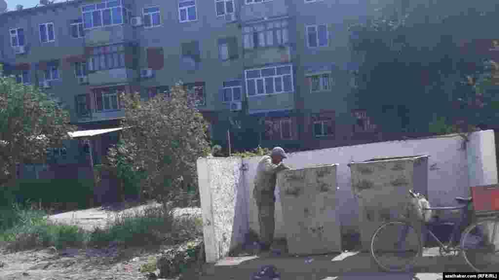В Ашхабаде все чаще можно встретить людей, копающихся в мусорных баках