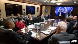 Президент США Барак Обама (слева), вице-президент США Джо Байден (справа), а также члены Совета национальной безопасности США. В Белом доме на закрытой телеконференции с коллегами - участниками переговоров в Швейцарии по ядерной программе Тегерана, 31 марта 2015 года.