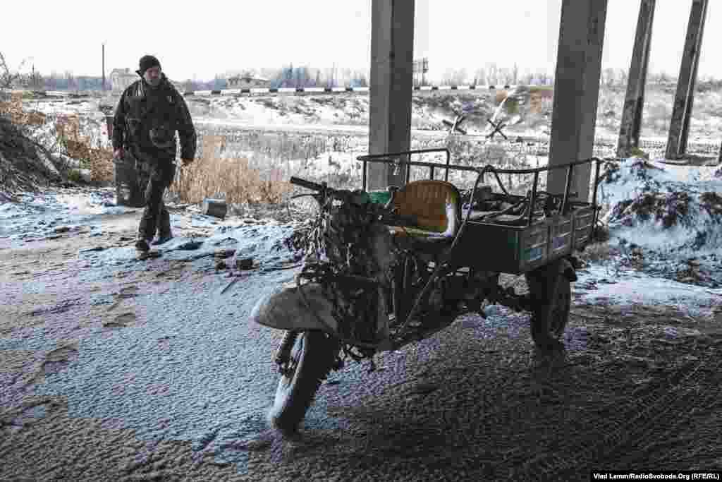Мотоцикл одного з бійців 93-ї механізованої бригади Збройних сил України на позиції «Республіка міст»