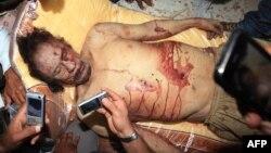 Труп Муамара Каддафи выставлен на всеобщее обозрение в Мисрате, 20 октября 2011