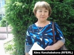 Мектеп бітіруші түлектің анасы Зәуреш Жүкенова. Алматы, 25 мамыр 2015 жыл.