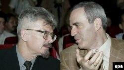 Эдуард Лимонов и Гарри Каспаров разыгрывают новую партию