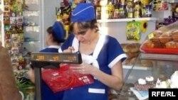 Продавщица пробивает товар в магазине. Иллюстративное фото.