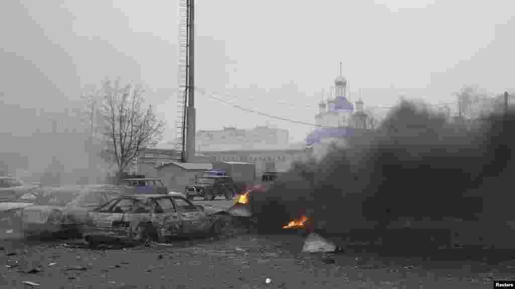 Артиллериялық қарудан атылған снарядтар түскен жердегі өртенген автокөлік қаңқалары. Мариуполь, 24 қаңтар 2015 жыл.