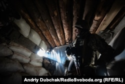Український військовий у бліндажі на передовій поблизу шахти «Бутівка-Донецька», 7 грудня 2019 року