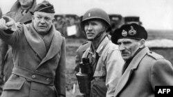 Американский генерал Эйзенхауэр (слева) и британский фельдмаршал Бернард Монтгомери (справа) смогли ввести гитлеровцев в заблуждение относительно района высадки десанта