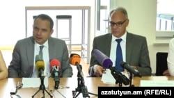 Завершающий свою миссию в Армении посол Франции Жан-Франсуа Шарпантье и посол Германии Матиас Кислер на пресс-конференции, Ереван, 12 сентября 2017 г.