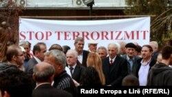 """Shoqëria civile gjatë një proteste në Kosovë, me moton, """"Stop Terrorizmit"""""""
