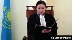 """Судья Гулмаржан Адилсултани оглашает приговор. Фото взято из аккаунта """"Твиттера"""" блогера Дины Байдилдаевой. Актау, 28 мая 2012 года."""