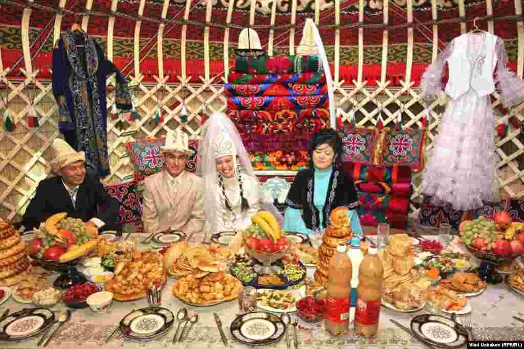 Сейчас модно справлять свадьбы в таком этническом стиле.