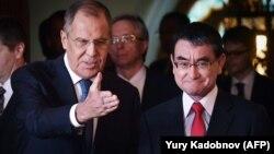 Sergei Lavrov (solda) və onun yaponiyalı həmkarı Taro Kono bundan əvvəl 2018-ci ilin iyulunda Moskvada görüşüblər