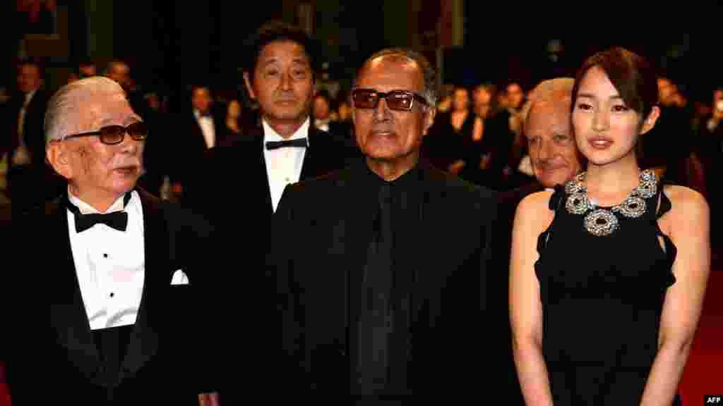 در کنار تاداشی اوُکونو و رین تاکاناشی (سمت راست) بازیگران ژاپنی. کیارستمی در سال ۲۰۱۲ با تهیهکنندگی ژاپن و فرانسه فیلم «مثل یک عاشق» را ساخت. علاوه بر اوکونو و تاکاناشی، ریو کاسه، دیگر بازیگر ژاپنی نیز در این فیلم حضور دارد.