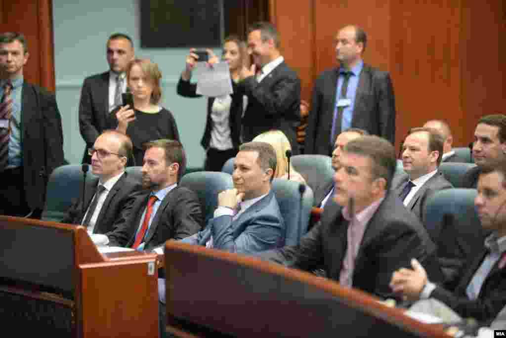МАКЕДОНИЈА - Пратеникот Никола Груевски повеќе нема да се води како оправдано отсутен од собраниските седници. Неговата плата ќе се намалува за пет отсто на секои три отсуства од пленарните седници. Ова го заклучиле координаторите на пратеничките групи и потпретседателите на Собранието кои учествуваа на координација кај претседателот на Собранието, Талат Џафери.