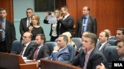 Ish-lideri i VMRO-s Nikolla Gruevski dhe disa nga deputetët e kësaj partie.