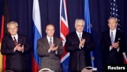 Predsjednik Srbije Slobodan Milošević, predsjednik Predsjedništva BiH Alija Izetbegović, predsjednik Hrvatske Franjo Tuđman i državni sekretar Voren Kristofer (s lijeva na desno) aplaudiraju nakon što su parafirali mirovni sporazum za BiH 21. novembra 1995. u Dejtonu, Ohajo.