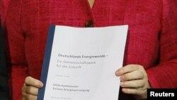 Исторический документ в руках у Ангелы Меркель