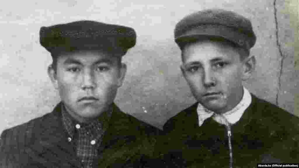 """В советском школьнике в кепке-""""аэродроме"""" легко узнаются черты будущего президента Казахстана Нурсултана Назарбаева (слева). Фото сделано в 1950-е годы"""