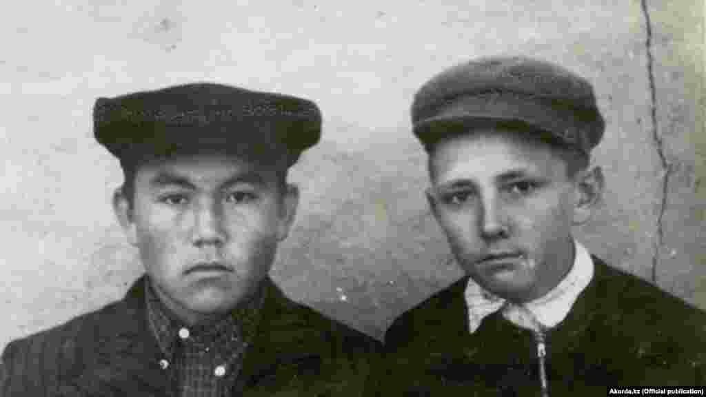 У радянському школяреві в «кепці-аеродромі» простежуються риси майбутнього президента Казахстану Нурсултана Назарбаєва (зліва). Фото зроблене в 1950-і роки