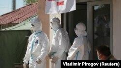 Медики в защитных костюмах у входа в дневной стационар в Бишкеке. Иллюстративное фото.