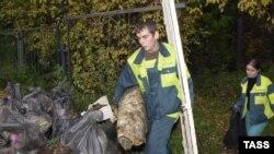 """Активисты """"Гринпис"""" во время уборки мусора в парке """"Лосиный остров"""" в Москве"""