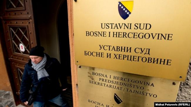 Tabla na ulazu u Ustavni sud Bosne i Hercegovine u Sarajevu.
