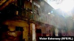 Imagine din curtea interioară a unui ansamblu de case sec. XIX,astăzi abandonate, zona Lipscani, București