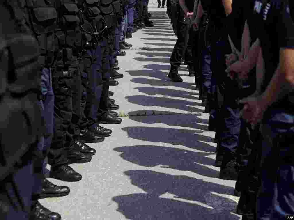 Спеціальний підрозділ поліції Косова очікує на прибуття прем'єр-міністра Хашима Тачі, 1 серпня. Photo by ARMEND NIMANI for AFP