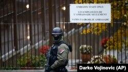 Policija je tokom uviđaja pronašla oružje u kontejneru u blizini mesta ubistva