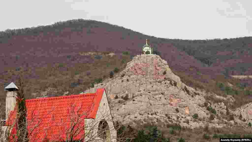 Forosnıñ er noqtasında tik sırımda turğan Tiriliş (Voskresenskaya) kilsesi körünip tura