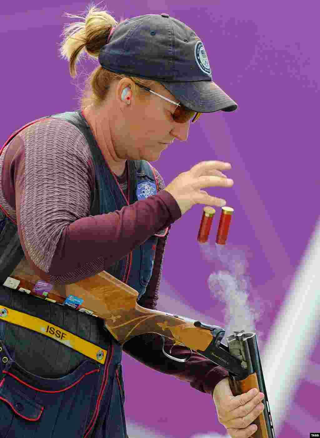 """Кимберли Род, победив в стендовой стрельбе в дисциплине """"скит"""", стала первой американской спортсменкой, завоевавшей медали на пяти Олимиадах подряд. 33-летняя Род выигрывала золото в Атланте и Афинах, бронзу в Сиднее и серебро - в Пекине."""