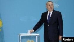 Нурсултан Назарбаев голосует на досрочных выборах президента Казахстана. Астана, 26 апреля 2015 года.