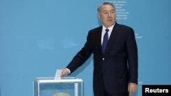 Нурсултан Назарбаев добуш берүү участкасында. 26-апрель, 2015-жыл.
