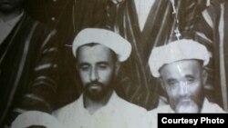 Муҳаммад Мубинхон қори (чапдан биринчи) Бухородаги мадрасада ўқиётган чоғларида. 1948-1951 йиллар.