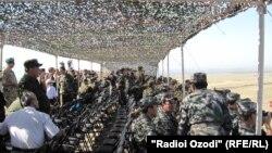 Тажикстандын Согди облусунун аймагында ШКУнун машыгуусуна катышкан аскерлер. 14-июнь, 2012-жыл.