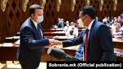 Зоран Заев од СДСМ и Александар Николоски од ВМРО-ДПМНЕ на конститутивната седница на Собранието