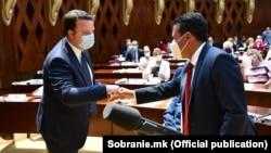 Илустрација - Зоран Заев од СДСМ и Александар Николоски од ВМРО-ДПМНЕ на конститутивната седница на Собранието