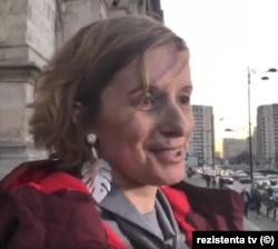 Andreea Sârbu, judecător la Tribunalul sector 1, București, neintimidată de ordinul președintei CAB sau de prezența jandarmilor, a rămas singură pe treptele tribunalului cerând independența magistraților