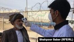 Афганские медики проверяют температуру на границе у людей, которые возвращаются из Ирана, Ислам-Каллы, 23 февраля 2020 г.