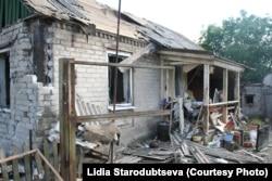 Дом, разрушенный снарядом 11 июля 2015 в поселке Луганском Донецкой области.