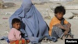 Kabulda dul ana iki uşağı ilə dilənir, 14 iyun 2011