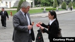 St. George's ribbons being handed out on the streets of the Tajik capital, Dushanbe. (file photo)
