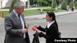 Девочка раздает георгиевские ленты на улице Душанбе. (Иллюстративное фото.)