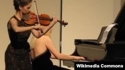 Валентина Лисица (справа) за фортепиано во время выступления в США. Иллюстративное фото.