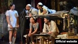 """Scenă din piesa """"Mein Kampf"""", de George Tabori, pusă în scenă de Alexandru Dabija la Teatrul Național din Cluj"""