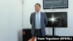 Председатель Медеуского районного суда Даурен Маукеев в помещении суда, откуда он выставил подсудимого Еримбетова и его защитников. Алматы, 17 августа 2018 года.