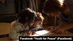 Уроки для ромських дітей. Facebook «Молодь за мир»